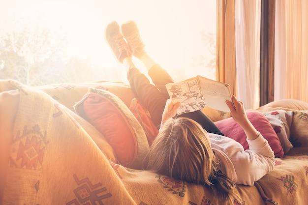 Menina, mentindo, ligado, sofá, livro leitura