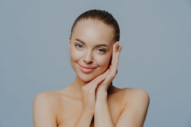 Menina modelo com perfeita pele limpa fresca em azul