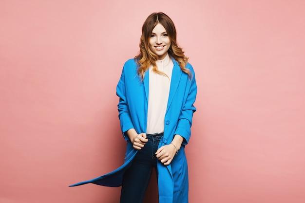 Menina modelo com um casaco azul rosa