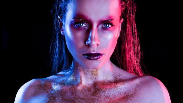 Menina modelo de moda em brilhos brilhantes coloridos e luzes de néon