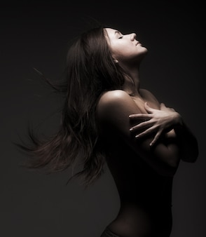 Menina modesta em topless