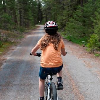 Menina, montando uma bicicleta, jasper parque nacional, alberta, canadá