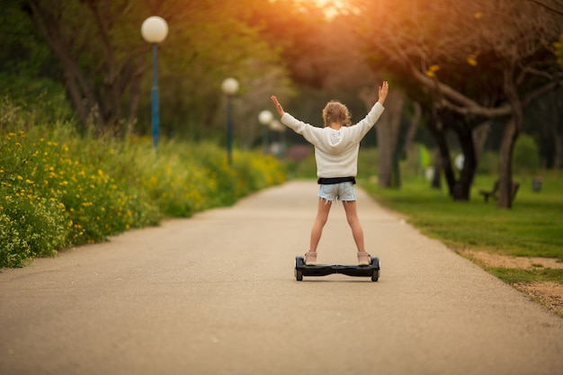 Menina, montando uma scooter elétrica