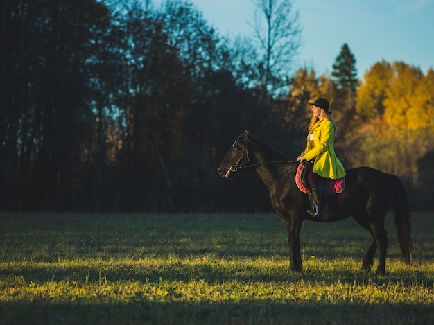 Menina montar um cavalo