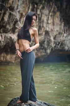 Menina morena com rosto lindo e corpo grelha na praia de bali. indonésia