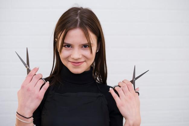 Menina morena com uma tesoura