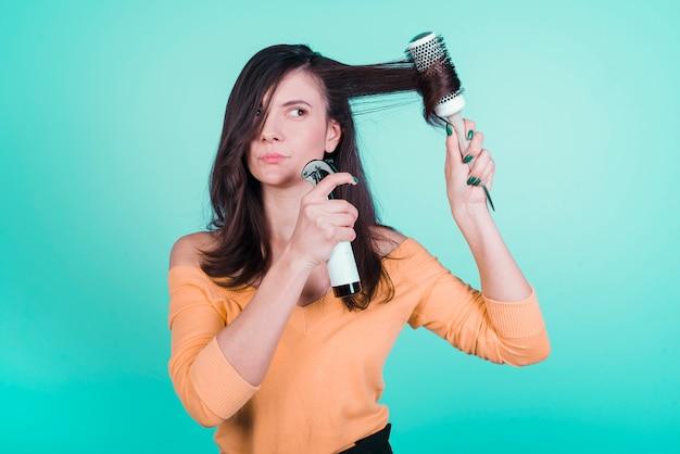 Menina morena cuidando do cabelo dela