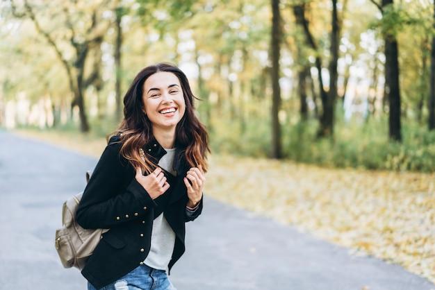 Menina morena de cabelo muito comprido relaxante no parque