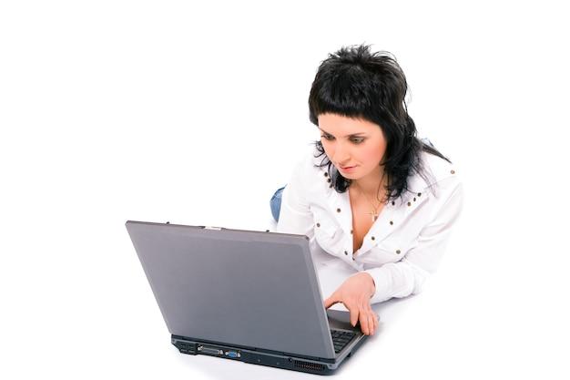 Menina morena de negócios de beleza com laptop em fundo branco