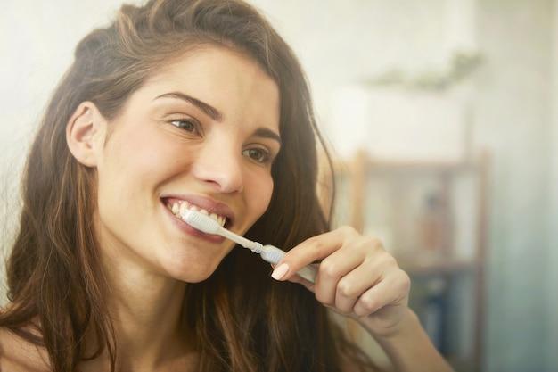 Menina morena, escovar, dela, dentes