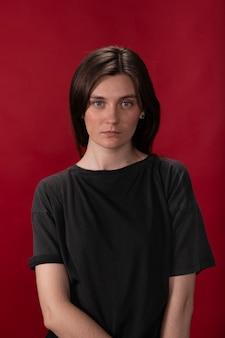 Menina morena exausta em uma camiseta preta posando parecendo estressada e nervosa