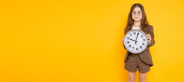 Menina morena fantasiada com relógios