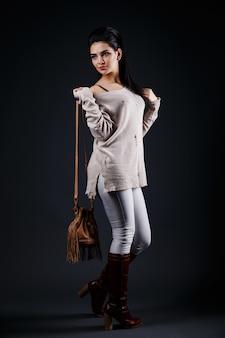 Menina morena linda camisola bege e bolsa marrom