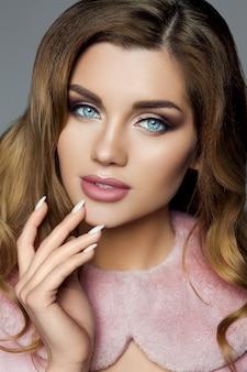 Menina morena linda com maquiagem profissional e colla rosa