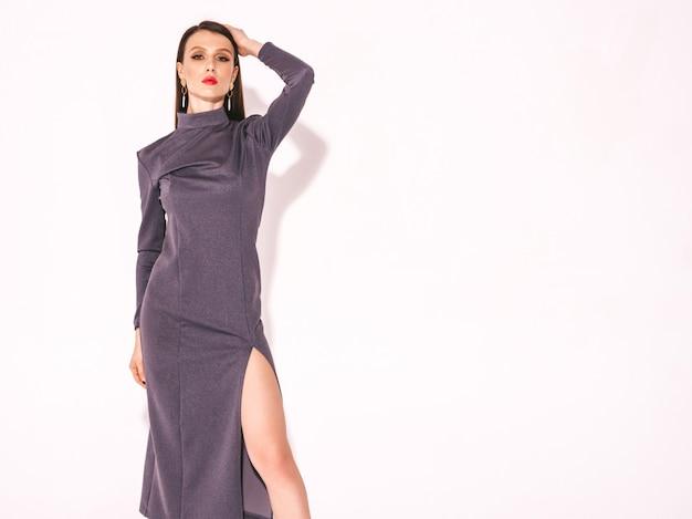 Menina morena linda jovem num belo vestido de verão na moda