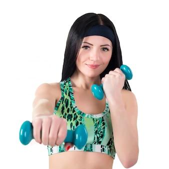 Menina morena linda treinou boxe com halteres.