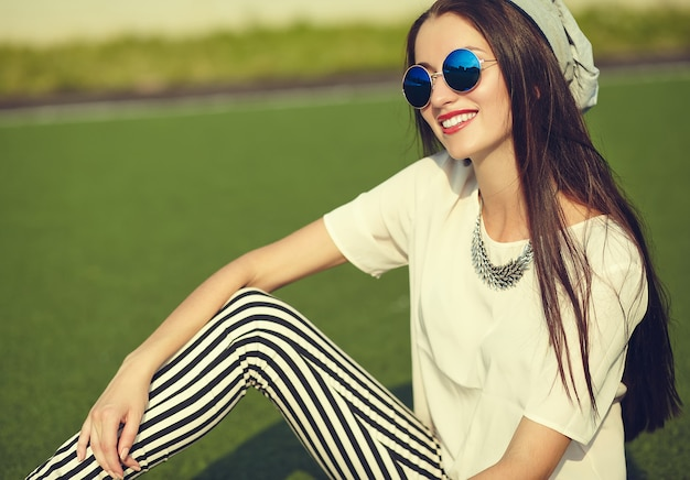 Menina morena moda posando ao ar livre