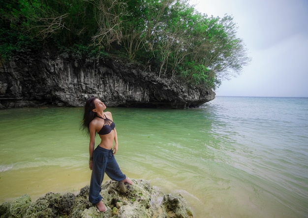 Menina morena na praia de bali. indonésia