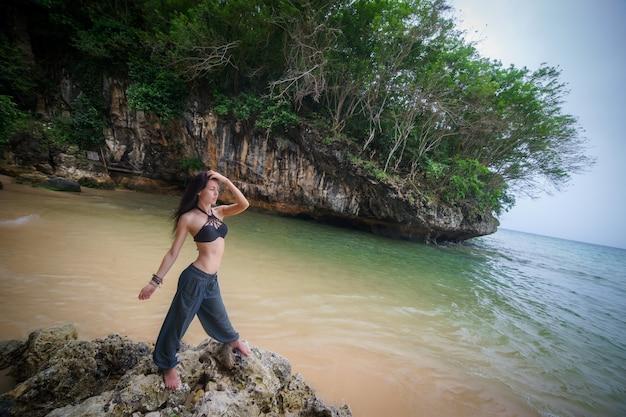 Menina morena na praia de bali