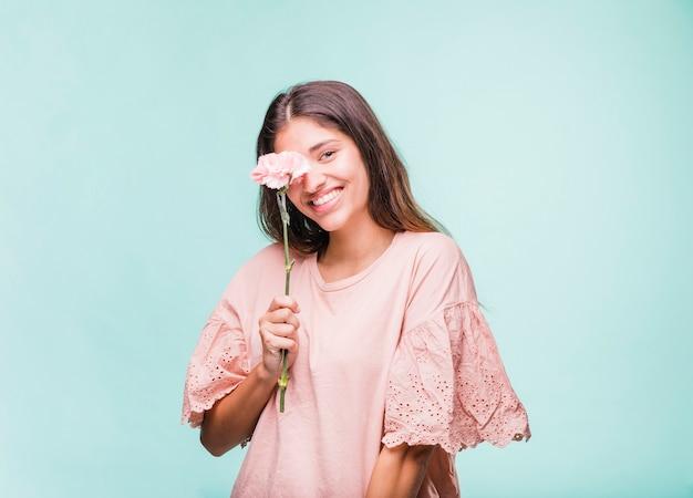 Menina morena posando com flores