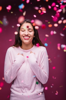Menina morena sorridente com confete
