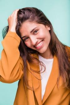 Menina morena sorridente posando com casaco