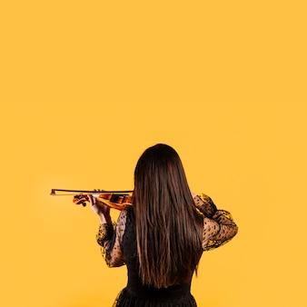 Menina, mostrando, dela, costas, jogando violino