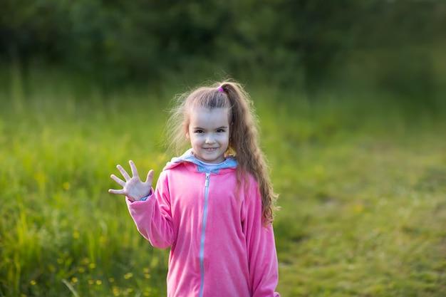 Menina, mostrando, dela, palma
