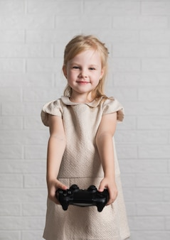 Menina mostrando no joystick de câmera