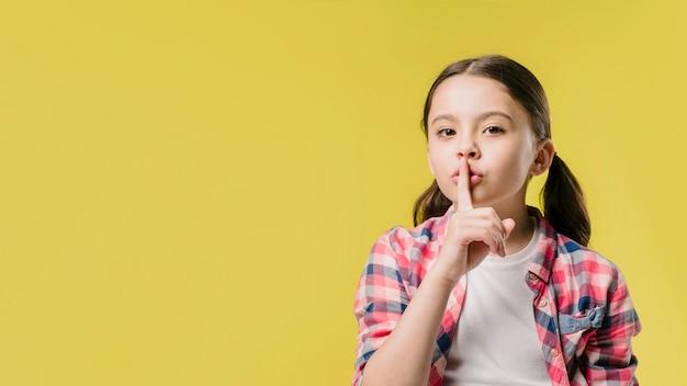 Menina, mostrando, silêncio, sinal, em, estúdio