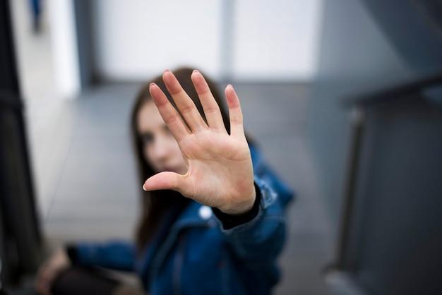 Menina, mostrando, sinal parada, com, mão