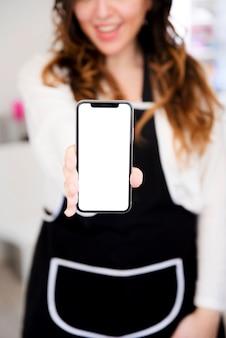 Menina, mostrando, telefone móvel