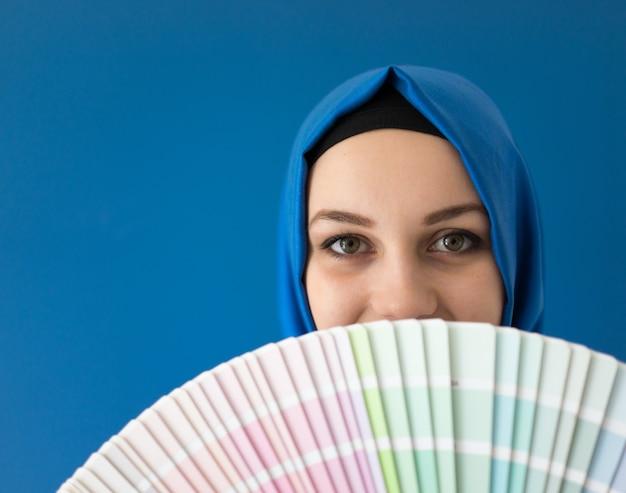 Menina muçulmana árabe com padrões de cores de pintura