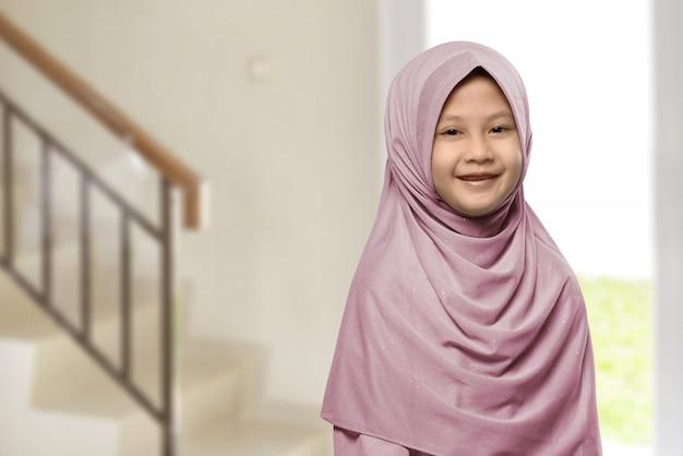 Menina muçulmana asiática pequena com hijab