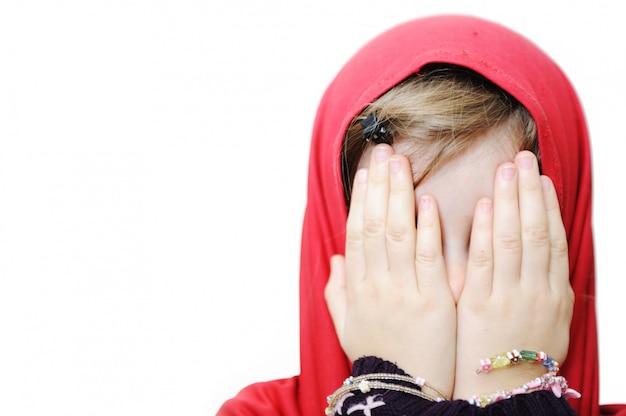 Menina muçulmana chorando