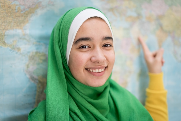 Menina muçulmana com mapa do mundo
