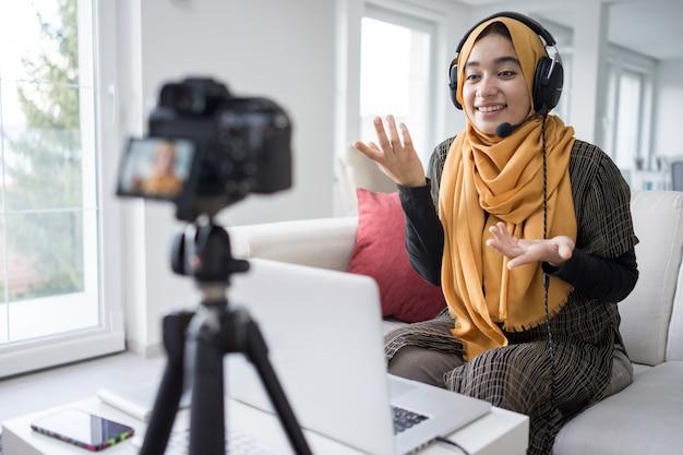 Menina muçulmana com streaming de conteúdo de vídeo