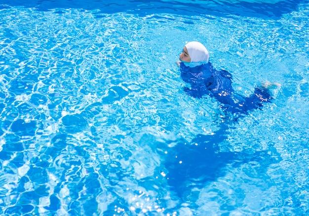 Menina muçulmana com terno de natação especial