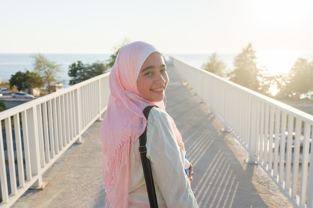 Menina muçulmana na costa do mar