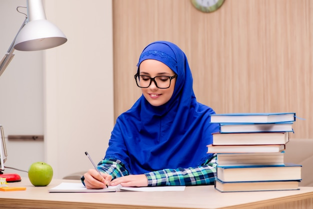 Menina muçulmana se preparando para os exames de entrada