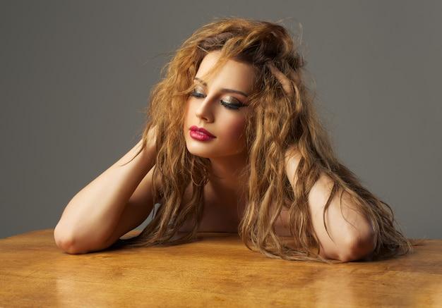 Menina muito bonita com cabelo vermelho