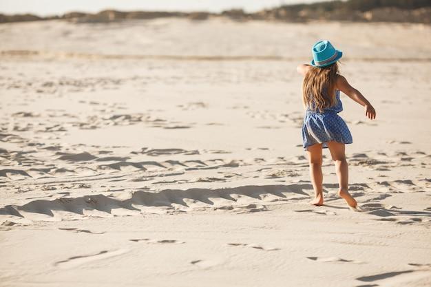 Menina na areia. criança no deserto