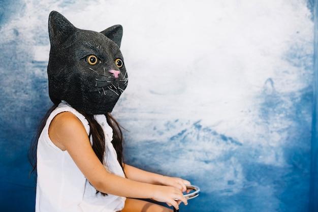 Menina na cabeça do gato assustador