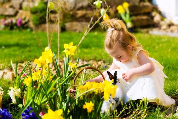 Menina na caça aos ovos de páscoa com ovos