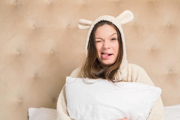 Menina na cama de pijama engraçado