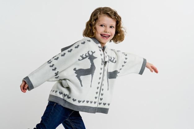 Menina na camisola de malha em cinza