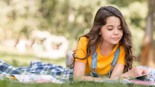 Menina na conferência do parque