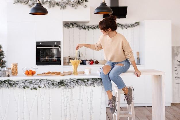 Menina na cozinha se divertindo em casa