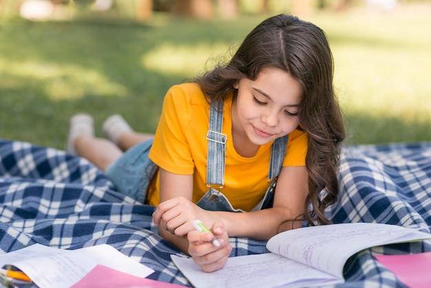 Menina na escrita do parque