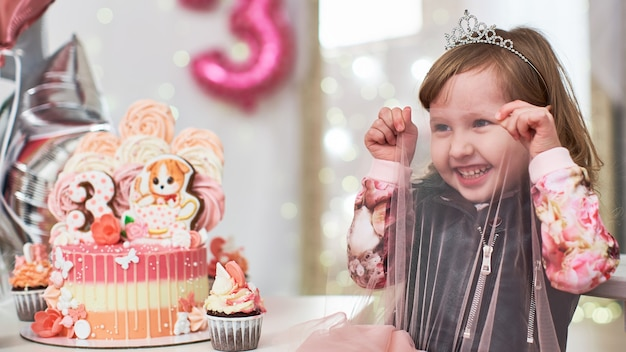Menina na festa de aniversário assistindo alegremente